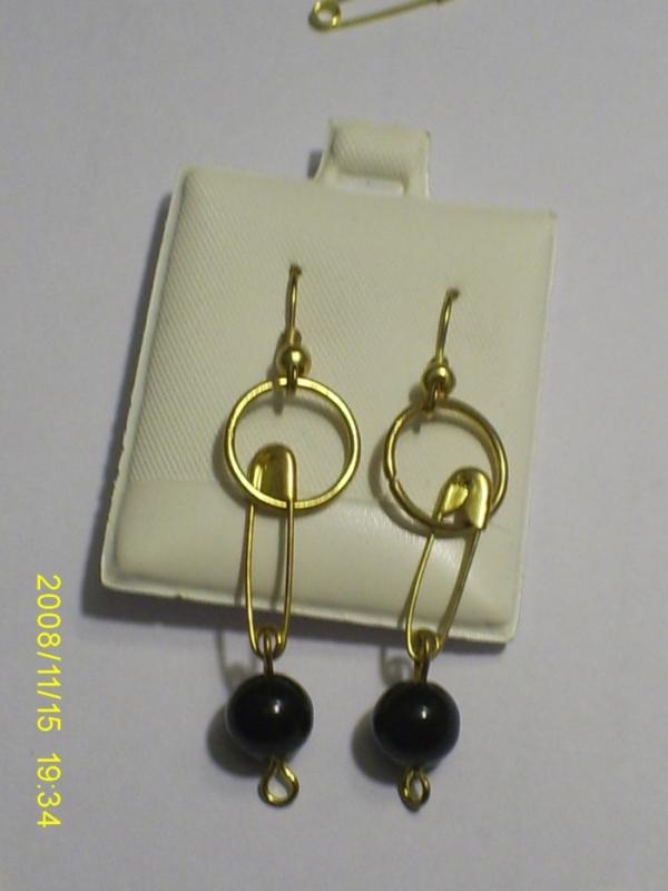 Descripción. aretes realizados con perlas negras